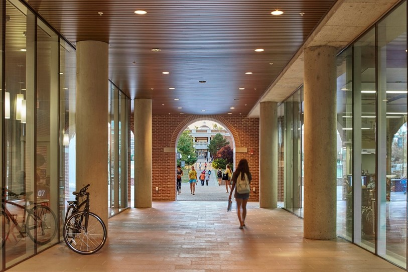 At the University of Mary Washington, the primary pedestrian path slices right through the Convergence Center, revealing not only student activity, but also hallmark teaming and technology amenities.